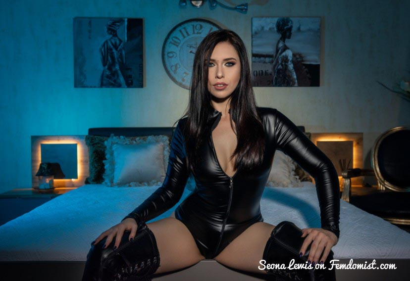 Example of a latex dominatrix on webcam.